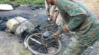 सीसीएल सुरक्षा विभाग प्रभारी ने की छापेमारी , कोयला लदा कई साईकिल किया जब्त